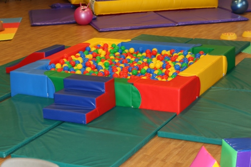 Huge 6ft x 6ft ball pool with steps and slide, 2000 balls and proper crash mats